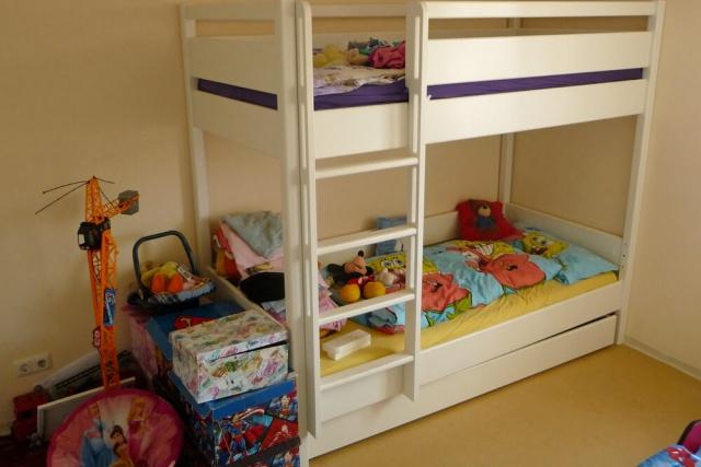 weiß lackiertes Etagenbett KINTO mit Gästebett