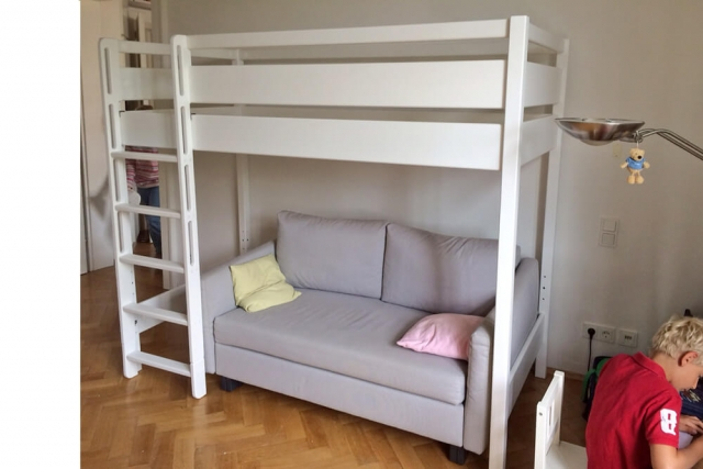 weiß lackiertes Hochbett KINTO mit Sofa