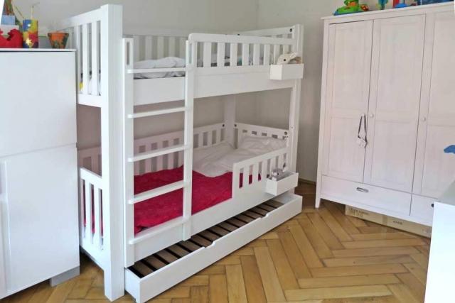 Etagenbett LISTO aus weiß lackiertem Buchenholz, mit Gästebett