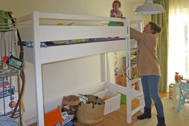 weiß lackiertes Hochbett KINTO mit extra sicherem Geländer
