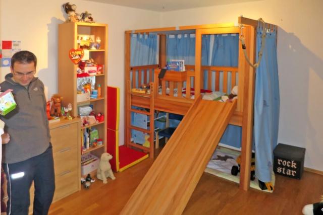mitwachsendes Kinderbett aus Kernbuchenholz, mit Rutsche als Zubehör.