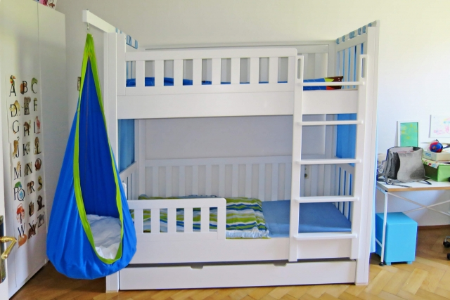 Etagenbett mit Gästebett, aus weiß lackiertem Buchenholz
