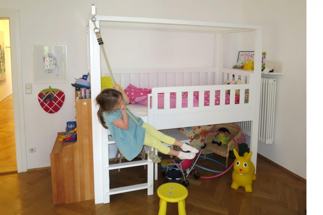 mitwachsendes Kinderbett LISTO, aufgebaut in Spielbetthöhe