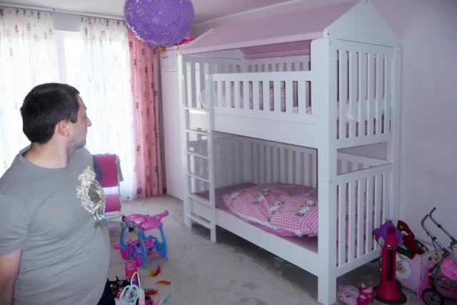Etagenbett LISTO mit rosa Bett-Vorhängen