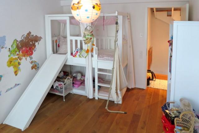 mitwachsendes Kinderbett aus Massivholt, mit Rutsche