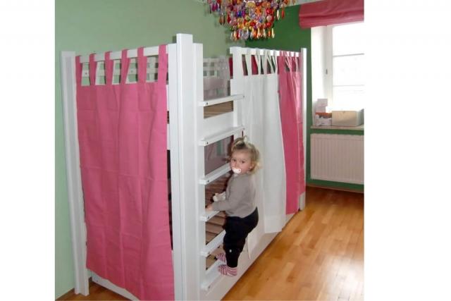 Etagenbett DeStyle mit rosa Vorhänge