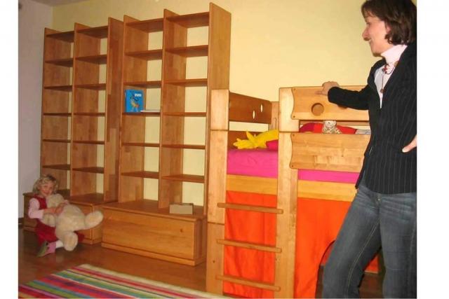 Kinderzimmer mit Möbeln aus Erlenholz