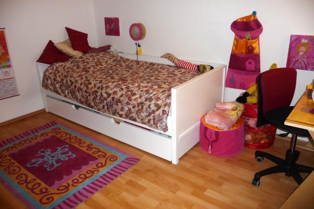 Mädchenzimmer mit einem weiss lackierten Nestbett