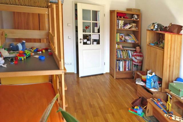 Jungenzimmer mit Möbeln aus massiver Buche