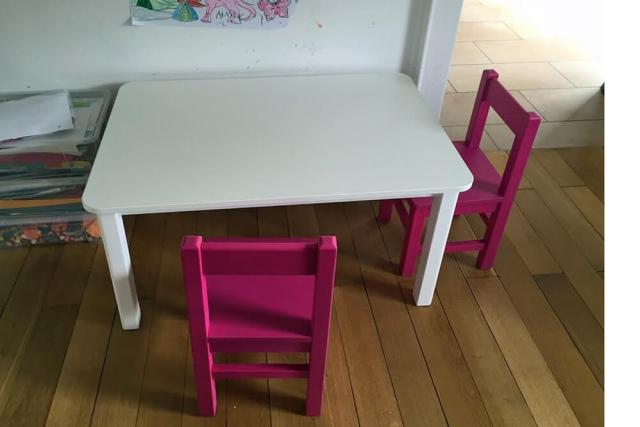 Spieltisch und Kinderstühle im Kinderzimmer