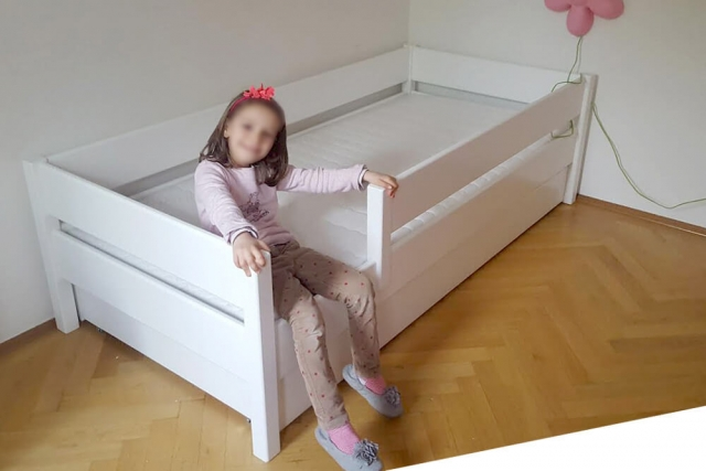 ein weisses Kinderbett KINTO mit Gästebett