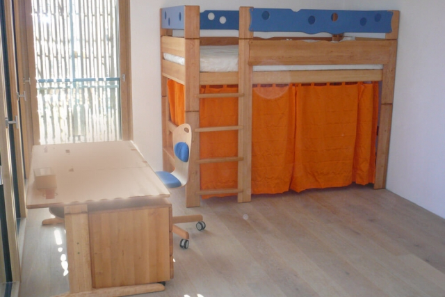 Spielbett aus massivem Erlenholz von TEAM7 Kinderbetten