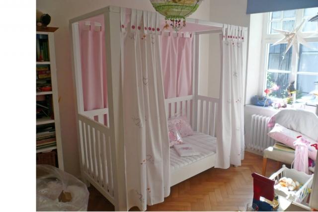 Mädchenzimmer mit mitwachsendem Himmelbett mit bestickten Vorhängen