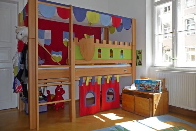 Kinderzimmer mit einem Ritterbett Deluxe aus Buchenholz