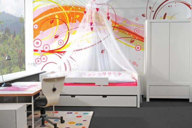 Mädchenzimmer mit weiß lackierten KINTO-Möbeln