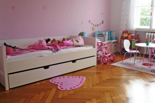 ein weiß lackierte KINTO Nestbett mit integriertem Gästebett im Mädchenzimmer