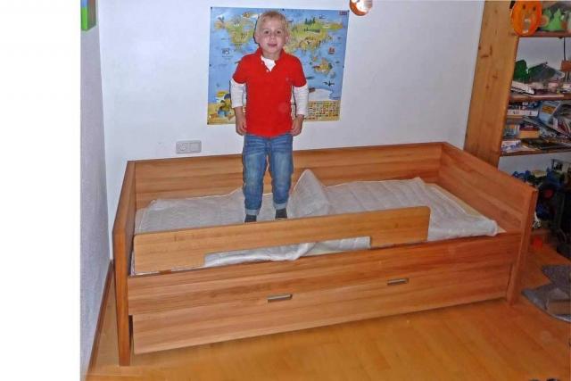 Kinderzimmer für Jungs mit Kinderbett aus Massivholz