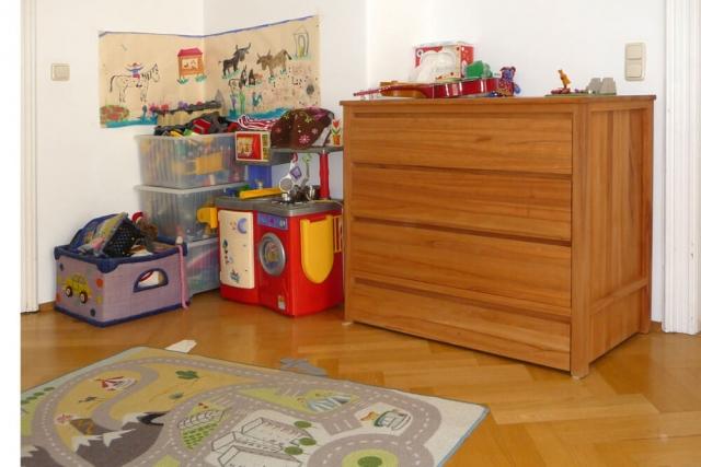 Wickelkommode aus Massivholz im Kinderzimmer