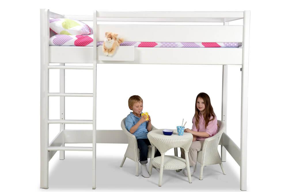 das wei lackierte hochbett kinto mit besonders hohen. Black Bedroom Furniture Sets. Home Design Ideas
