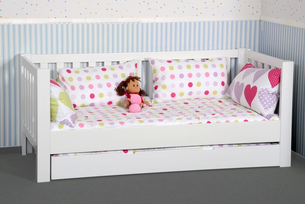 wei lackiertes kinderbett mit g stebett aus buche kinderzimmer. Black Bedroom Furniture Sets. Home Design Ideas
