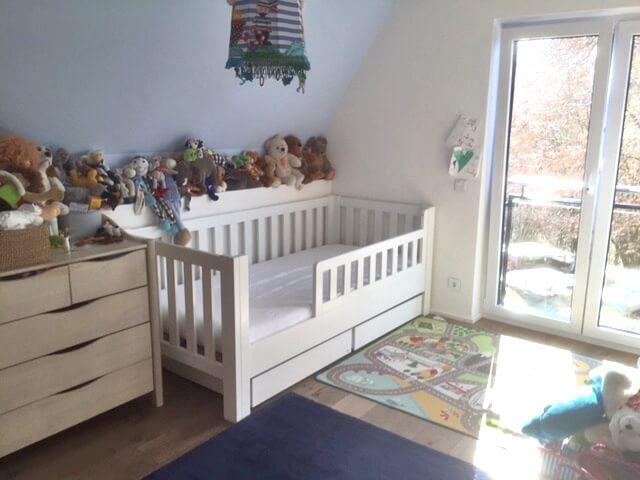 wei lackiertes kinderbett mit g stebett aus buche. Black Bedroom Furniture Sets. Home Design Ideas