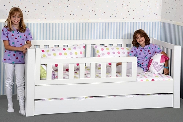 wei lackiertes kinderbett mit g stebett aus buche. Black Bedroom Furniture Sets. Home Design Ideas