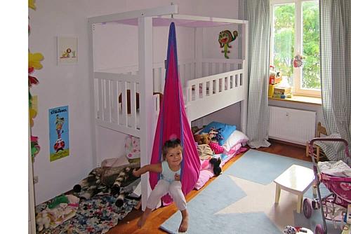 Hochbett LISTO aus weiß lackiertem Buchenholz mit rosa Hängesitz im Kinderzimmer. Hersteller: SALTO - Möbel für Kinder - München