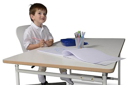 Kinderschreibtisch KINTO weiße Platte auf weißem Metallgestell