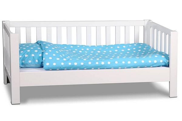 LISTO, das weiß lackierte Kinderbett aus Buchenholz.
