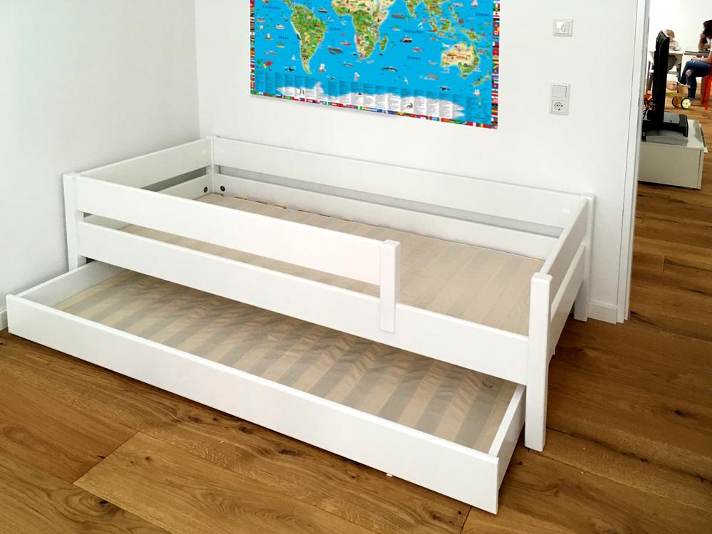 Kinderbett KINTO aus weiss lackiertem Holz. Mit Gästebett und zwei Lattenrosten / Kundenfoto