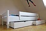 weiß lackiertes Kinderbett KINTO mit 2 Schubladen. Hersteller: SALTO-Kindermöbel in München