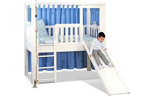 Listo-slide ist ein mitwachsendes Kinderbett, hier aufgebaut als Hochbett mit Rutsche, aus weiß lackiertem Buchenholz. Hersteller: SALTO Kindermöbel, München