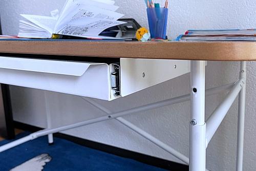 höhenverstellbarer Kinderschreibtisch mit weisser Platte und Schublade / ähnlich Eiermann-Schreibtisch / SALTO Kindermöbel / München