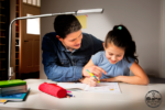 Kinderschreibtisch mit dimmmbarer LED-Leuchte / SALTO Kindermöbel München