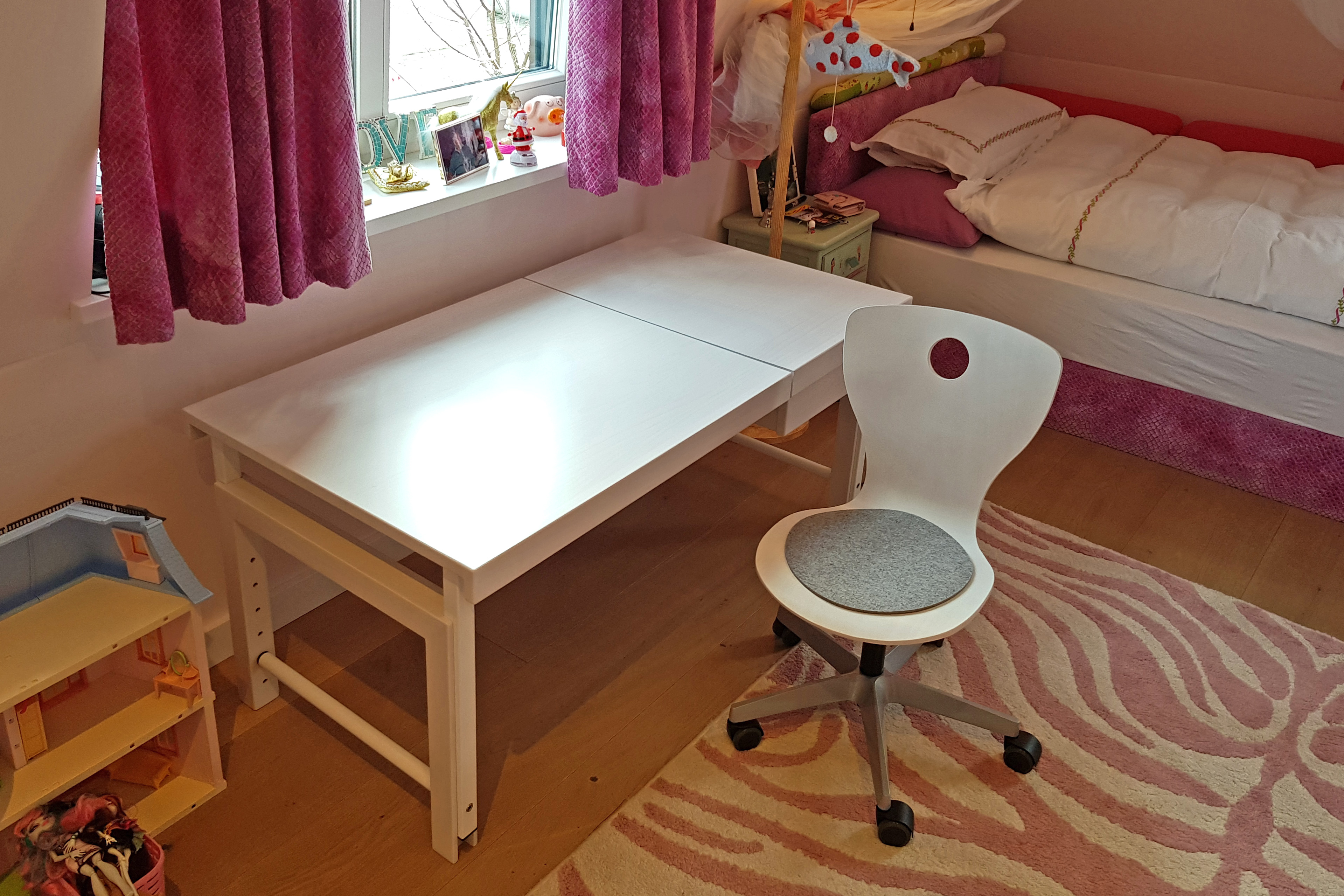 ziggy comfort der massivholz schreibtisch mit geteilter platte wei kinderzimmer. Black Bedroom Furniture Sets. Home Design Ideas